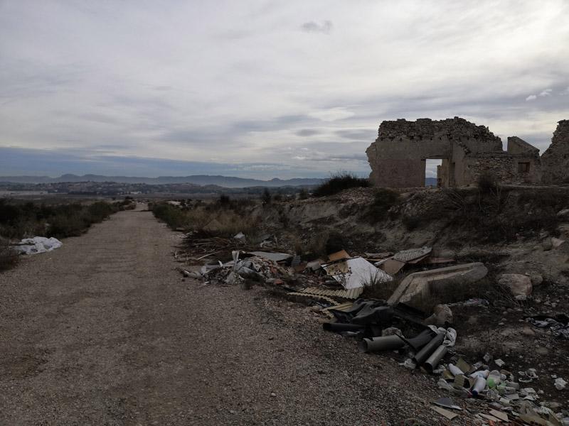 Camino con un asfalto bastante dudoso (hay baches en los que no hacemos pie) y unos escombros y una casa derruida bastante peculiares